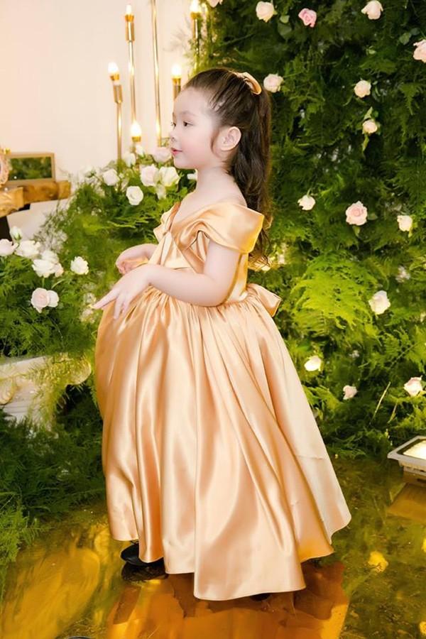 Cadie Mộc Trà xinh như công chúa trong một bộ váy gam màu vàng. Elly Trần cho biết cô mất gần một tháng thiết kế và thực hiện trang phục ton-sur-ton cho cả gia đình.