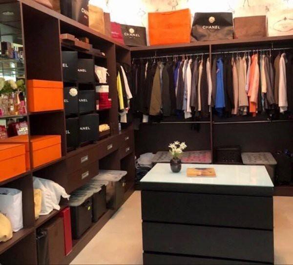 Có thể thấy, Chanel là thương hiệu chiếm diện tích lớn trong căn phòng khi được gia chủ sắp xếp tỉ mỉ, cẩn thận và ngăn nắp.