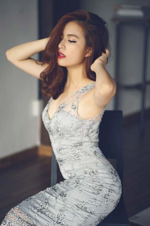 Hoàng Thùy Linh được coi là một trong những nữ ca sĩ nóng bỏng nhất nhì showbiz Việt. Cô thường diện những trang phục vô cùng gợi cảm và diễn rất táo bạo trên sân khấu. Sở hữu vẻ đẹp gợi cảm quyến rũ như vậy nhưng ít ai ngờ Hoàng Thùy Linh có chiều cao vô cùng khiêm tốn.