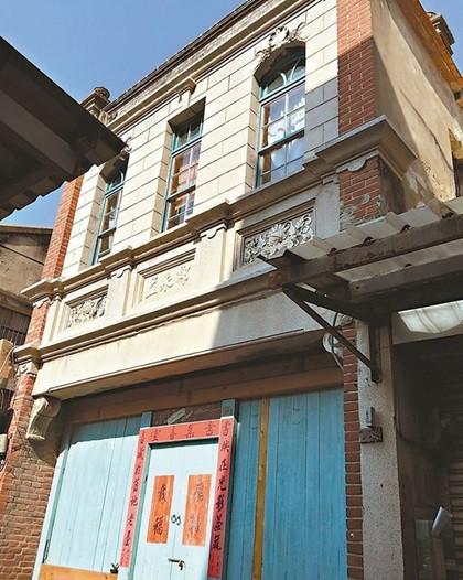 Lin Lin kết hôn với một họa sĩ người Mỹ tên Andrew và có một đứa con 10 tuổi, hiện sinh sống tại Thượng Hải. Sau nhiều vất vả, cả hai đã tìm mua được một căn nhà trong hẻm nhỏ, diện tích 300m2. Căn nhà khá cũ xây theo phong cách thời xưa, dù rộng nhưng khiến người ta có cảm giác rối mắt , bức bí do thiết kế chưa hợp lý.