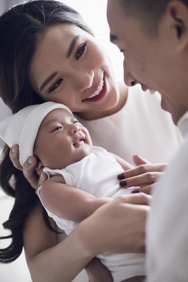 Nhận được quá nhiều lời đề nghị của người hâm mộ, vợ chồng Lương Thế Thành - Thúy Diễm quyết định thực hiện một bộ ảnh kỷ niệm cùng Bảo Bảo.