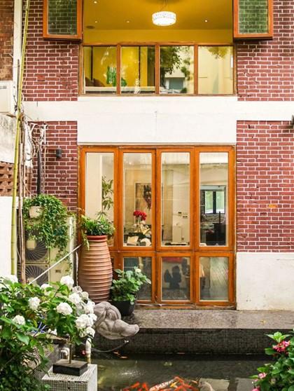 Đôi vợ chồng quyết định sửa sang lại trước khi chuyển vào ở. Mặt tiền của ngôi nhà sau cải tạo đã thay bằng những ô cửa kính, đón ánh sáng trực tiếp từ bên ngoài.