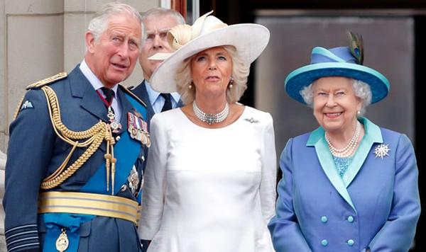 Nữ hoàng được cho rằng sẽ không thoái vị để truyền ngôi cho Thái tử Charles khi bà vẫn còn sống. Trong ảnh, Nữ hoàng (phải) cùng vợ chồng con trai cả trong một sự kiện của hoàng gia. Ảnh: UK Press.