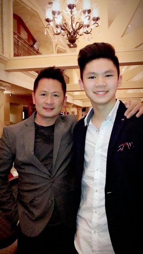 Ca sĩ Bằng Kiều và con trai lớn. Nam ca sĩ tự hào về các con trai của mình.