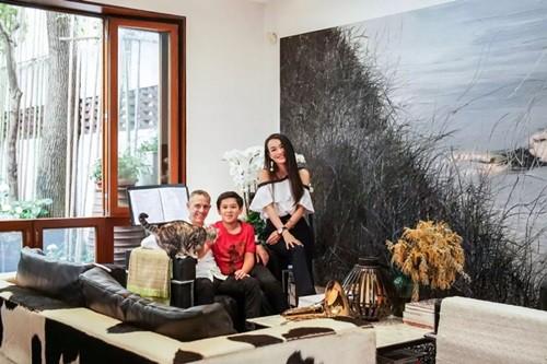 Thay vì những bức tường chạm trổ, nhiều gỗ như ban đầu, Lin và chồng quyết định phá bỏ, dùng sơn trắng đơn thuần và tạo điểm nhấn bằng những bức tranh lớn trong phòng.
