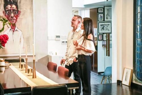 Andrew sử dụng chính những bức tranh của mình để trang trí cho ngôi nhà. Vừa để trưng bày các tác phẩm, vừa là điểm nhấn đặc biệt không lẫn với ai.
