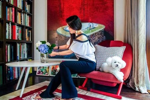 Có những khoảng nhỏ trong nhà được nhấn nhá bằng chiếc ghế đỏ, cùng tông tranh, tạo cảm giác ấm cúng.