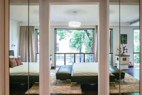 Khu vực phòng ngủ cũng với tông màu trắng chủ đạo, được thiết kế sang trọng không kém phòng khách sạn.