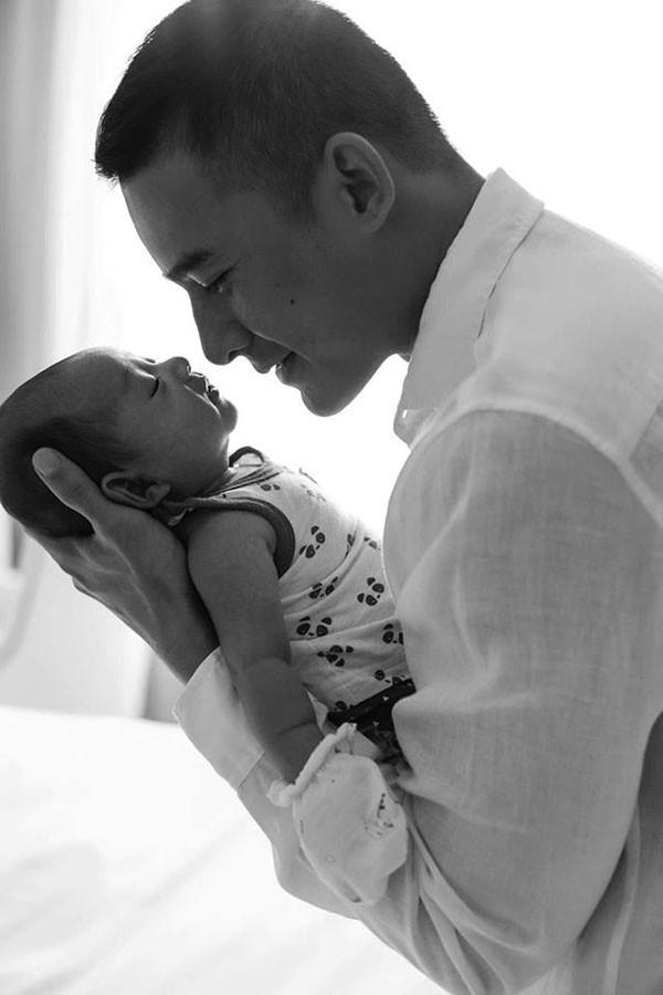 Trước khi con trai chào đời, Lương Thế Thành đã gác lại mọi dự án để chăm sóc vợ và học các kỹ năng chăm sóc em bé. Thúy Diễm cho biết ông xã có thể làm mọi việc như tắm rửa, bế, cho bú... chuyên nghiệp hơn cô rất nhiều.