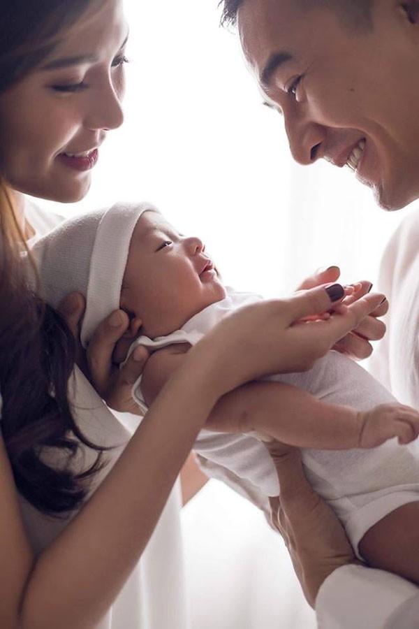 Sau hơn một tháng vượt cạn, Thúy Diễm đã giảm được hơn 10kg so với thời bầu bí vì nuôi con hoàn toàn bằng sữa mẹ.