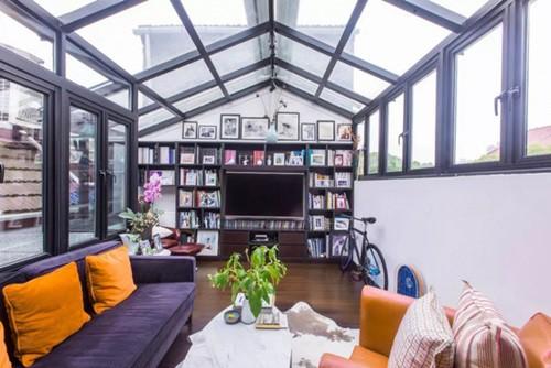 Tầng thượng là nơi đọc sách, không gian thư giãn tuyệt vời, khiến người ta có cảm giác được hòa mình với đất trời.