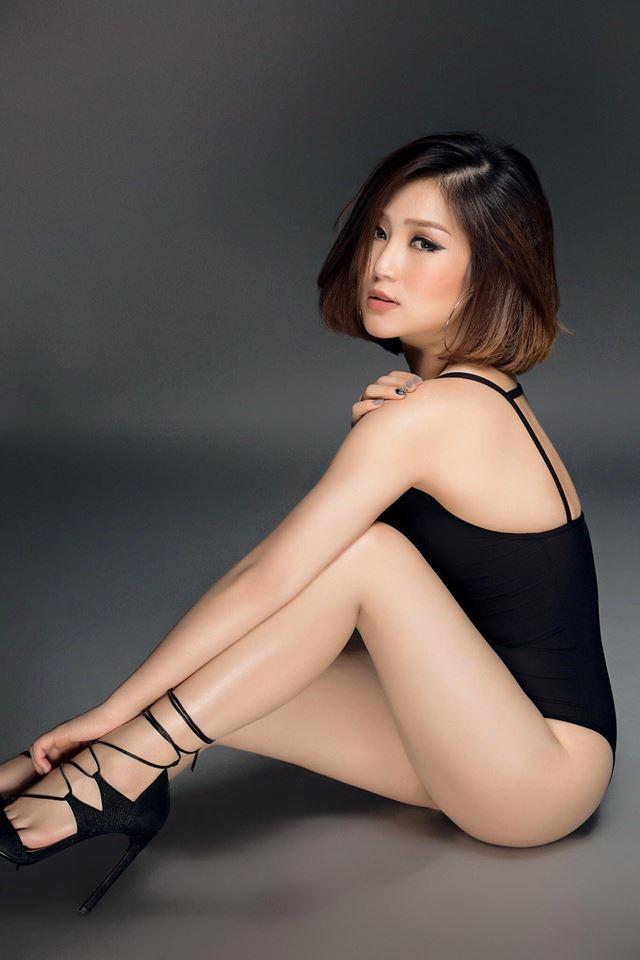 Hương Tràm là 1 trong số những nữ ca sĩ Việt theo đuổi phong cách thời trang gợi cảm, táo bạo.
