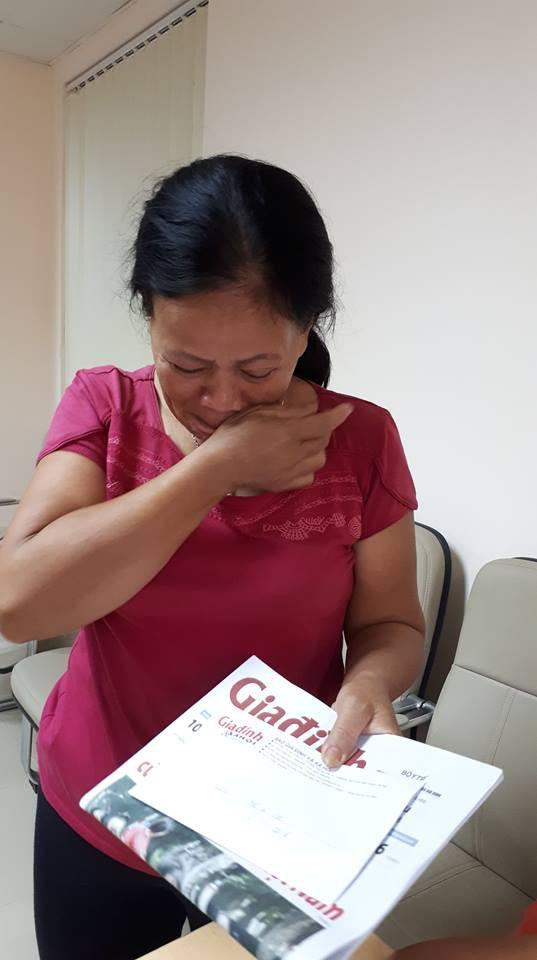 Bà Hồng xúc động khi nhận được sự hỗ trợ của bạn đọc. Ảnh PT