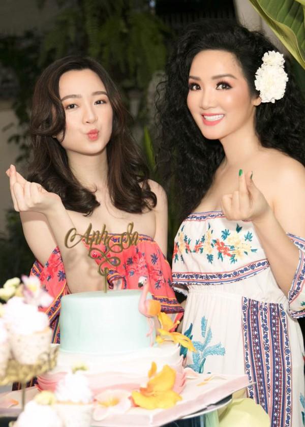 Mới đây, Giáng My khoe khéo nhan sắc không tuổi của mình trong sinh nhật lần thứ 24 của con gái. Sau hơn 20 năm đăng quang Hoa hậu Đền Hùng, người đẹp vẫn đang khao khát trao lại vương miện cho người đẹp kế tiếp.