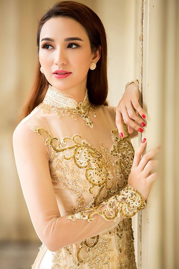 Sở hữu nhan sắc ngọt ngào cùng kiến thức nền vững vàng, cô thường xuyên xuất hiện tại nhiều sự kiện giải trí.