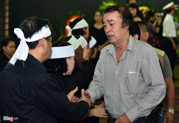 Đạo diễn Phi Tiến Sơn cũng đến chia buồn cùng gia quyến. Ảnh Zing.vn