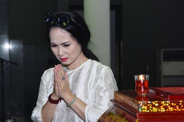 NSND Lan Hương đau lòng đến tiễn đưa người đồng nghiệp lần cuối. Ảnh Vnexpress