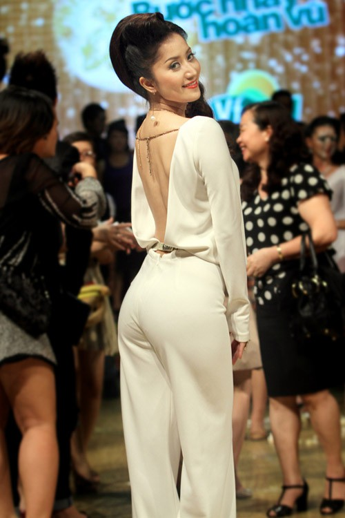 Các món đồ tủ của Khánh Thi là đầm ôm sát dài quá gối, đầm chữ A dáng dài xòe rộng, jumsuit với phần ống quần loe rộng và dài.