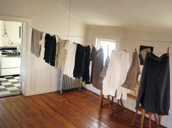 Ngày nay nhiều nhà làm chỗ phơi quần áo sạch sẽ, thoáng mát, không sợ sương gió, ẩm mốc ban đêm. Ảnh minh họa.