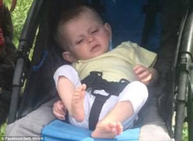 Bé gái 10 tháng tuổi với đôi mắt trũng sâu, cơ thể thiếu sức sống trước khi tử vong.