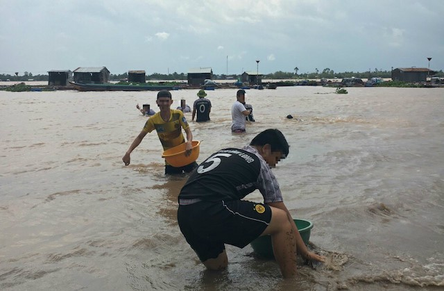 Bãi bồi nên nhóm sinh viên chơi đùa, lúc chưa xảy ra vụ đuối nước. Ảnh: NVCC.