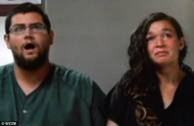 Người cha ngồi bình thản với hành động há mồm kỳ lạ trong khi người vợ ngồi khóc tại tòa án.
