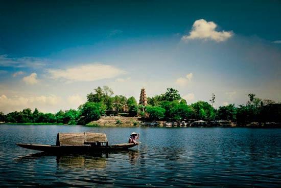 Nhiều người cho rằng chính nguồn nước lành từ sông Hương đã góp phần tạo nên nét đẹp đặc trưng của con gái Huế.