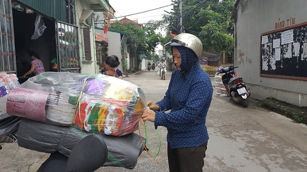 Tiểu thương nhỏ lẻ từ Hà Đông (Hà Nội) cũng tìm về đây nhập hàng.