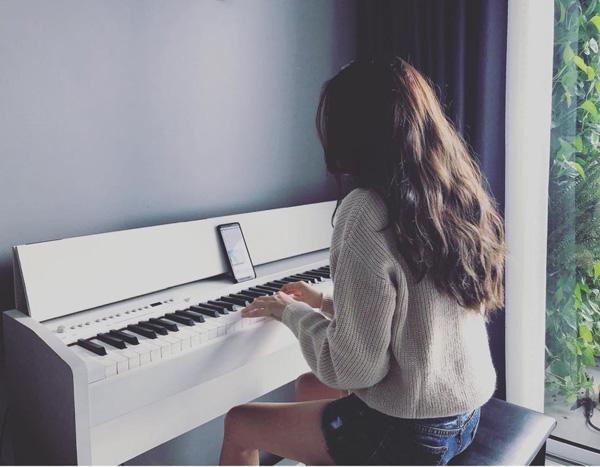 Ở góc phòng khách, gần ban công là chiếc đàn piano nhỏ để nữ ca sĩ có thể luyện hát, thư giãn bất cứ lúc nào.