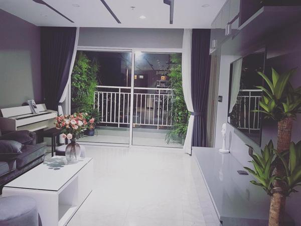 Phòng khách, bếp, bàn ăn nằm liền kề trong một không gian không có vách ngăn khiến diện tích được nhân lên rất nhiều.