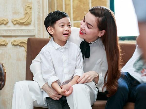 Sau nhiều cuộc tình, Hồ Ngọc Hà sống vui vẻ bên con trai.