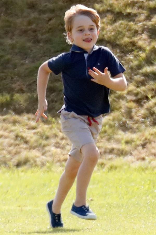 Dù là hoàng tử với giá trị thương hiệu lớn nhưng cậu bé vẫn giữ được những nét hồn nhiên đáng yêu của cậu bé 5 tuổi.