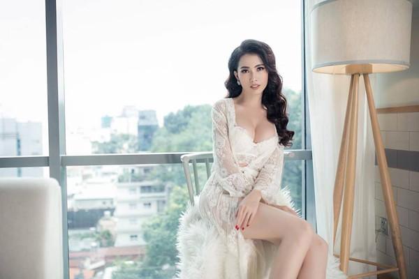 Phan Thị Mơ sở hữu một vòng một nảy nở khiến phái mạnh vì đốt mắt. Thời gian gần đây, cô chuyển từ style kín đáo sang gợi cảm.