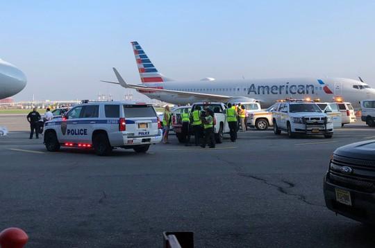 Một thành viên phi hành đoàn của hãng hàng không American Airlines (Mỹ) phát hiện thai nhi đã chết tại sân bay LaGuardia. Ảnh: New York Post