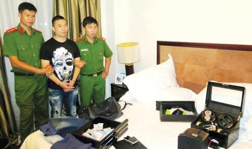 Văn Kính Dương bị bắt cùng các tang vật .