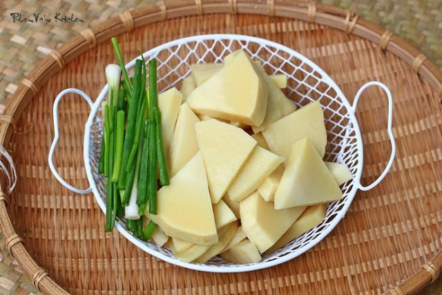 Măng tươi bóc vỏ luộc 2-3 lần để loại bỏ độc tố
