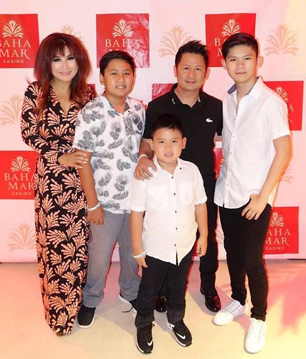 Trizzie Phương Trinh cho biết cô và chồng cũ được mời biểu diễn trong một đêm nhạc ở đảo Bahamas. Để các con có kỳ nghỉ hè vui vẻ bên gia đình trước khi quay trở lại trường học, cô quyết định đưa cả 3 nhóc tỳ đi cùng. Ba con trai đã đến cổ vũ cho bố mẹ trong show diễn.