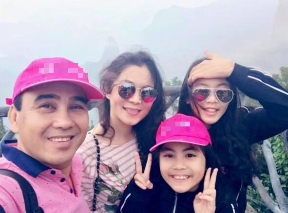 Quyền Linh cùng vợ và 2 cô con gái dễ thương