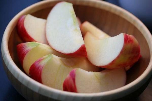 Ăn táo cả vỏ giúp hành trình giảm cân của bạn diễn ra thuận lợi hơn.