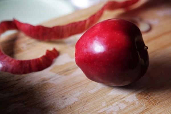 Rửa táo đúng cách trước khi cắt sẽ loại bỏ thuốc trừ sâu và cũng như lớp phủ sáp trên vỏ táo.