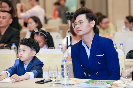 Hiện tại bé Chip đã gần 8 tuổi và rất bảnh bao, thông minh (Ảnh: Hai cha con nam MC tại buổi họp báo ra mắt chương trình)