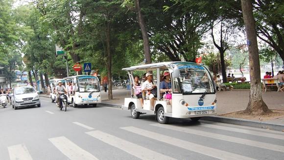 Du lịch bằng xe điện trở thành nét đặc sắc ở phố cố Hà Nội