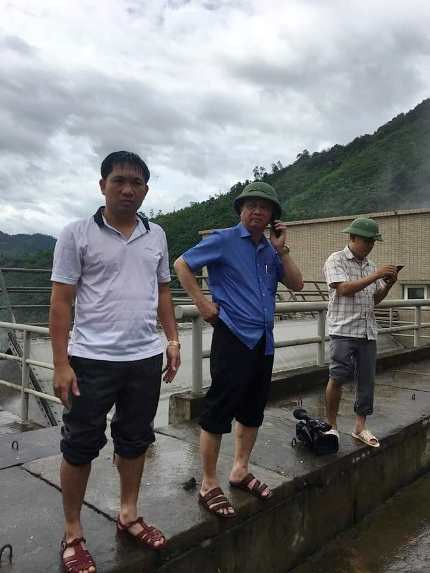 Ông Nguyễn Văn Hải - Chủ tịch UBND huyện Tương Dương (đứng giữa) có mặt tại thủy điện Bản Vẽ ngay sau tin đồn.