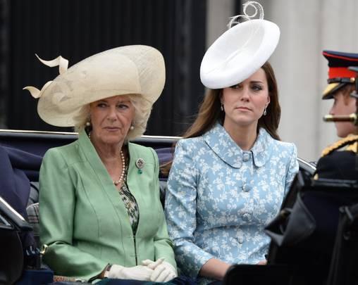Hiếm khi Công nương Kate nở nụ cười với mẹ kế của chồng.