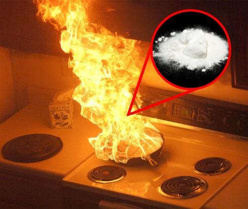 Bạn có thể dập tắt ngọn lửa trong tầm kiểm soát bằng cách bỏ chút baking soda vào đó để hấp thụ oxy. Đừng đổ nước vào nếu vật cháy là chảo dầu, kẻo khiến lửa bùng lên mạnh hơn.