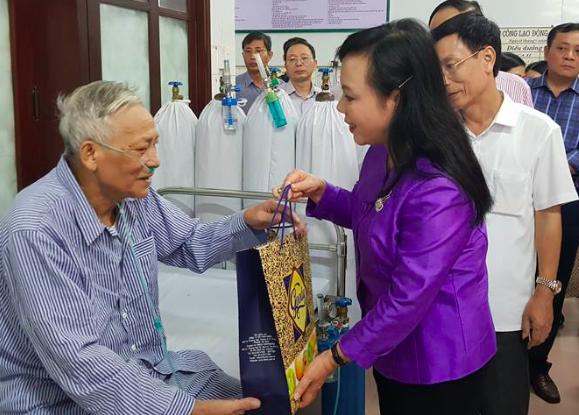 Bộ trưởng động viên bệnh nhân tại BVĐK tỉnh Nam Định yên tâm điều trị
