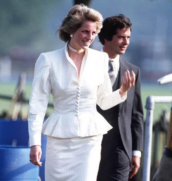Theo các nhân chứng, ông Hoare đã trốn trong nắp ca pô xe hơi của Diana để vào Điện Kensington khi hai người qua lại với nhau. Ảnh: Rex.