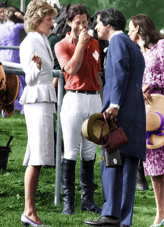 Vợ chồng Oliver Hoare trò chuyện với vợ chồng Thái tử Charles tại Guards Polo ngày 17/6/1986. Ảnh: Rex.