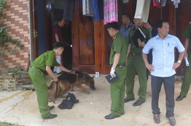 Lực lượng chức năng sử dụng chó nghiệp vụ điều tra vụ trọng án.