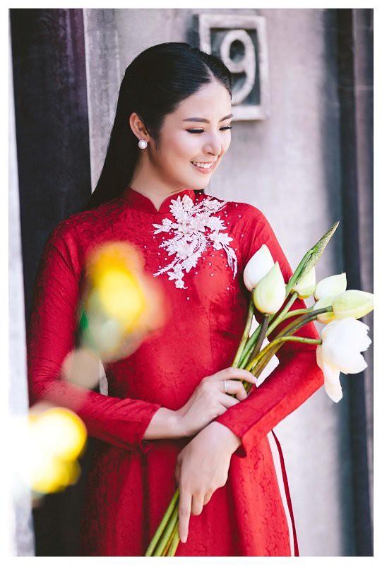 Hoa hậu Ngọc Hân như một đóa hoa sen nhẹ nhàng giữa rừng hoa đầy hương sắc.